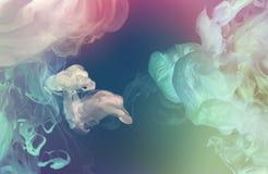 Acrylkleuren in water abstracte achtergrond stock afbeelding