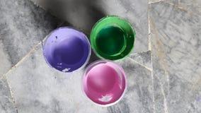 Acrylverf in plastic koppen Stock Afbeelding
