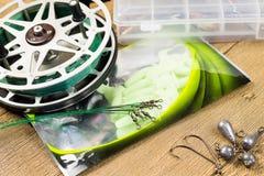 Acsessories und Spule Fishin auf dem Holztisch Stockbild
