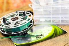 Acsessories und Spule Fishin auf dem Holztisch Stockfoto