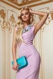 Acsessory härlig sexig klänning för afton för blont hår för kvinna rosa Arkivbild
