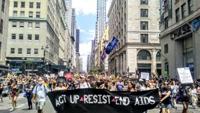 Act Up marchant en Pride Parade 2017 NYC Etats-Unis Photo libre de droits