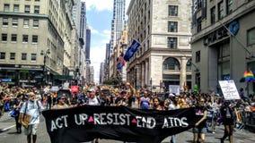 Act Up marchant en Pride Parade 2017 NYC Etats-Unis Images libres de droits