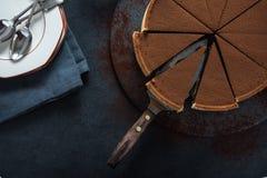 Acte délictuel découpé en tranches de chocolat sur le fond foncé Photographie stock libre de droits