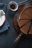 Acte délictuel découpé en tranches de chocolat sur le fond foncé Images libres de droits