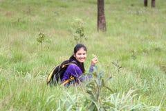 Acte de fille dans la forêt de pin photo stock