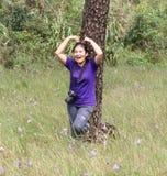 Acte de fille dans la forêt de pin photographie stock libre de droits