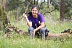 Acte de fille dans la forêt de pin images stock