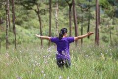 Acte de fille dans la forêt de pin photographie stock