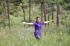 Acte de fille dans la forêt de pin image stock