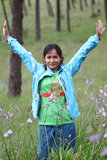Acte de fille dans la forêt de pin photos stock