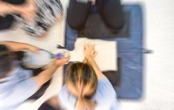 Acte médical de formation de CPR, démontrant la compression de coffre photographie stock libre de droits