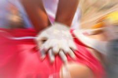 Acte médical de formation de CPR, démontrant la compression de coffre sur la poupée de CPR photographie stock libre de droits