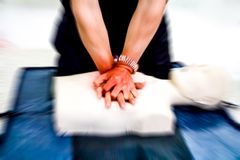 Acte médical de formation de CPR de réanimation cardio-respiratoire images stock