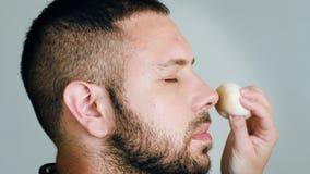 Acteur barbu d'homme avec des yeux fermés tout en obtenant le maquillage clips vidéos