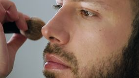 Acteur barbu d'homme obtenant le maquillage banque de vidéos