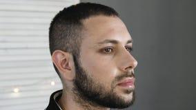 Acteur barbu d'homme tout en obtenant le maquillage banque de vidéos