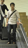 Acteur de chanteur Nick Jonas à l'aéroport de LAX photographie stock libre de droits