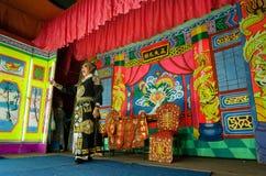 Acteur de l'opéra chinois exécutant l'histoire folklorique dans la vieille tradition du théâtre photographie stock