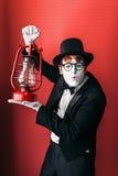 Acteur de pantomime exécutant avec la lanterne de kérosène photographie stock libre de droits