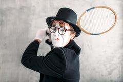 Acteur de pantomime exécutant avec la raquette de badminton photos libres de droits