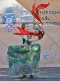 Acteur de théâtre dans l'image Festival international de théâtre de rue à St Petersburg le 30 mai 2015 Image stock