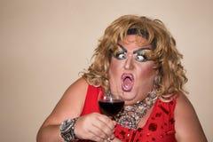 Acteur drôle de parodie Reine d'entrave et vin rouge Sentiments et émotions photos stock