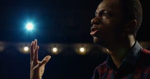 Acteur exécutant un monologue dans un théâtre banque de vidéos