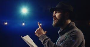Acteur exécutant un monologue dans un théâtre clips vidéos