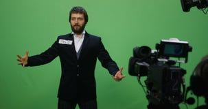 Acteur exécutant une scène intense banque de vidéos