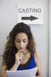Acteur féminin à l'appel de bâti Photo stock