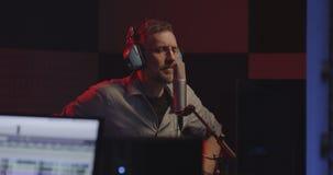 Acteur faisant la voix plus de dans le studio sain clips vidéos