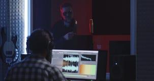 Acteur faisant la voix plus de dans le studio sain banque de vidéos