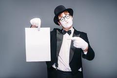 Acteur masculin de pantomime avec la feuille de papier vide photos libres de droits
