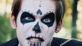 Acteur met zombiemake-up op gezicht die pret hebben, die enge grimassen maken in camera stock video