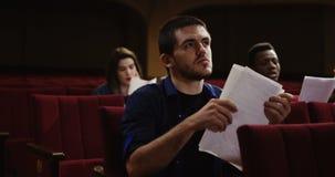 Acteur préparant dans le théâtre banque de vidéos