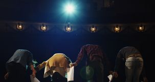 Acteurs cintrant à l'assistance dans un théâtre image stock