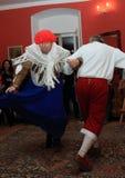 Acteurs de danse dans des costumes historiques photographie stock