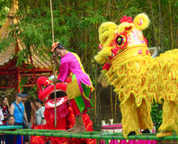 Acteurs de Khmer pendant la représentation théâtrale Villiage de la Chine Clown et lion Photographie stock