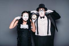 Acteurs de pantomime exécutant avec le réveil image libre de droits