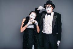 Acteurs de pantomime exécutant, réveil de grignotement d'actrice photos stock