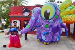 Acteurs de rue, créature géante de mouche d'éléphant photos stock