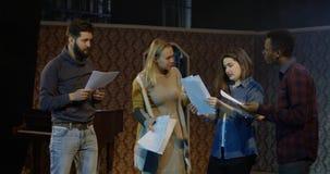 Acteurs discutant pendant la répétition dans un théâtre images stock