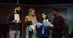 Acteurs discutant pendant la répétition dans un théâtre photographie stock libre de droits