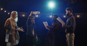 Acteurs discutant pendant la répétition dans un théâtre image libre de droits