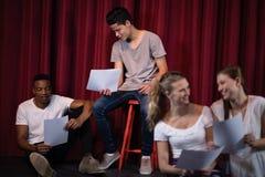 Acteurs lisant leurs manuscrits sur l'étape image libre de droits