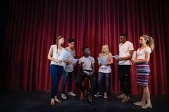 Acteurs lisant leurs manuscrits sur l'étape photographie stock libre de droits