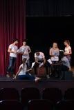 Acteurs lisant leurs manuscrits sur l'étape images stock