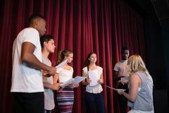 Acteurs lisant leurs manuscrits sur l'étape photos libres de droits