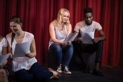 Acteurs lisant leurs manuscrits sur l'étape image stock